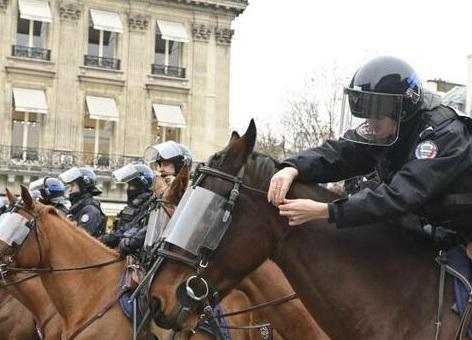 هجوم پلیس اسبسوار به سمت مردم آمریکا