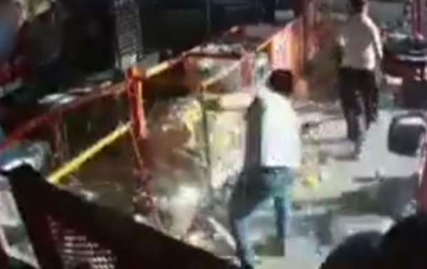 حمله وحشتناک اراذلواوباش به یک فروشگاه
