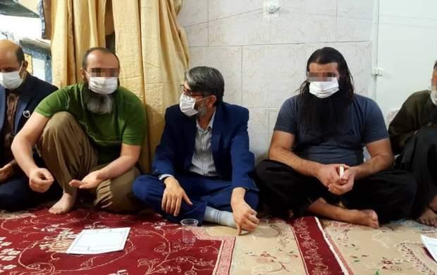 حضور یک مقام رسمی در بین تکفیریها +عکس