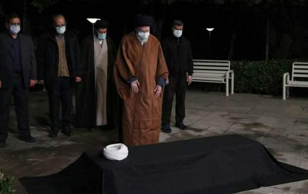 فیلم اقامه نماز رهبر انقلاب بر پیکر علامه مصباح یزدی