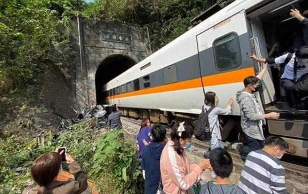 تصادف مرگبار قطار و کامیون با ۵۰ کشته +عکس