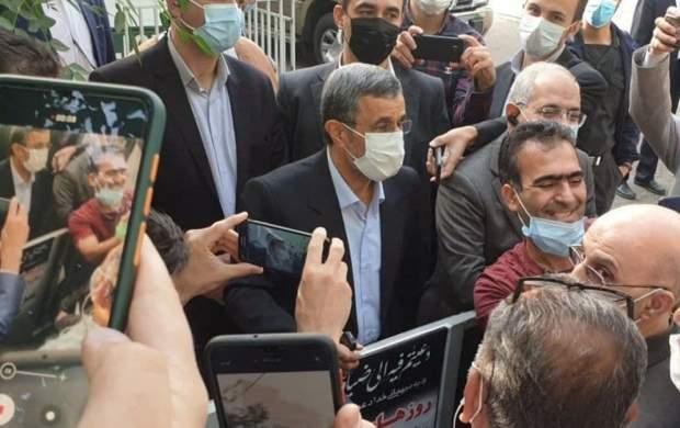 بالا رفتن احمدی نژاد از میله ساختمان فاطمی