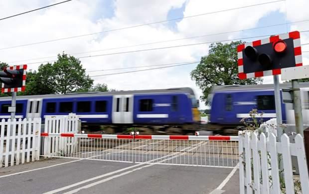 عبور میلیمتری قطار از کنار یک زن +فیلم